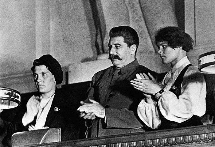 П.Н. Ангелина и ударница М. Демченко со Сталиным на X съезде ВЛКСМ, 1936 г.