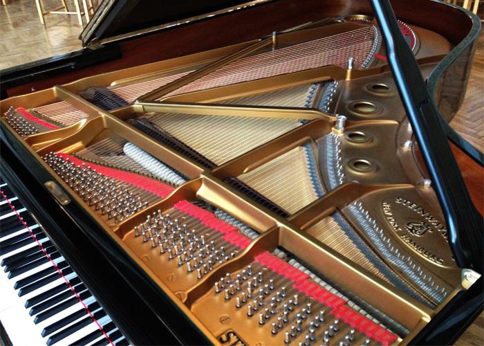Рояль производства Steinway & Sons.