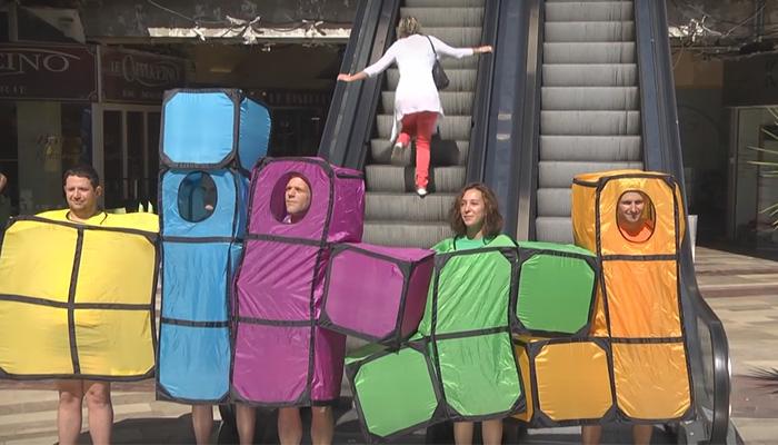 Фигурки Тетрис выходят на улицы города.