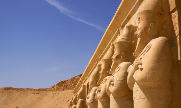 Статуи на западном берегу Нила в Луксоре.