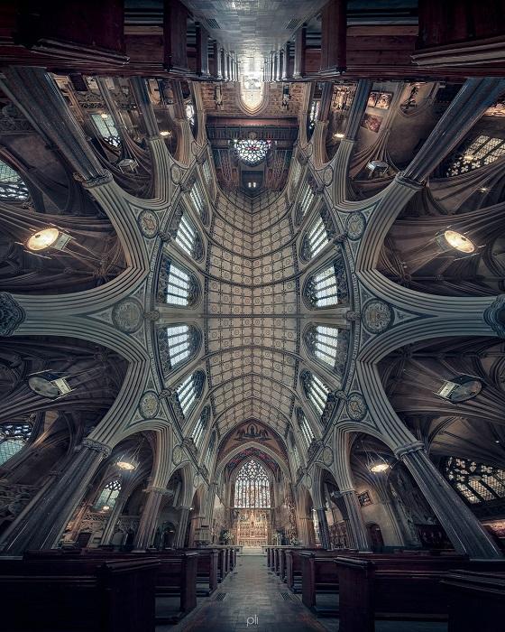 Панорамный снимок интерьера церкви Непорочного Зачатия на Фарм-стрит в Лондоне, которая была полностью реконструирована после Второй мировой войны.