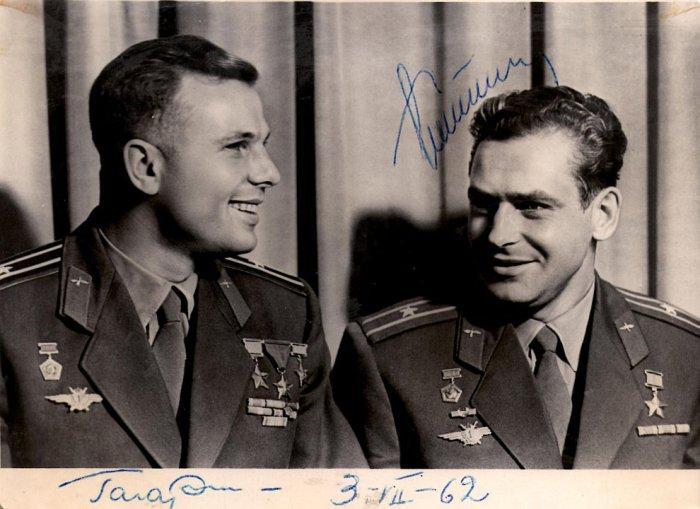 Снимок Юрия Гагарина и Германа Титова с подписями. | Фото: loveopium.ru.