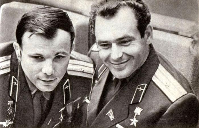 Юрий Гагарин и Герман Титов. | Фото: nifdugu.ru.