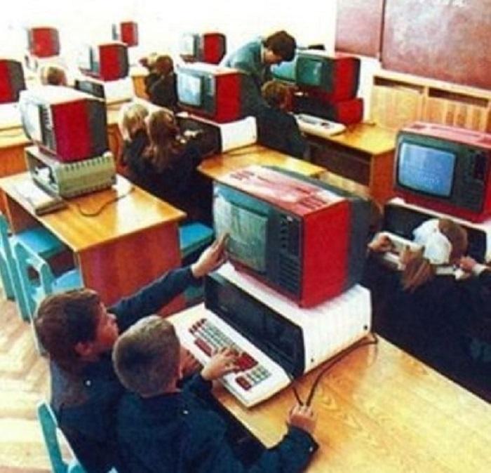 Так выглядел класс информатики, который был оборудован советскими персональными компьютерами «Агат-4».