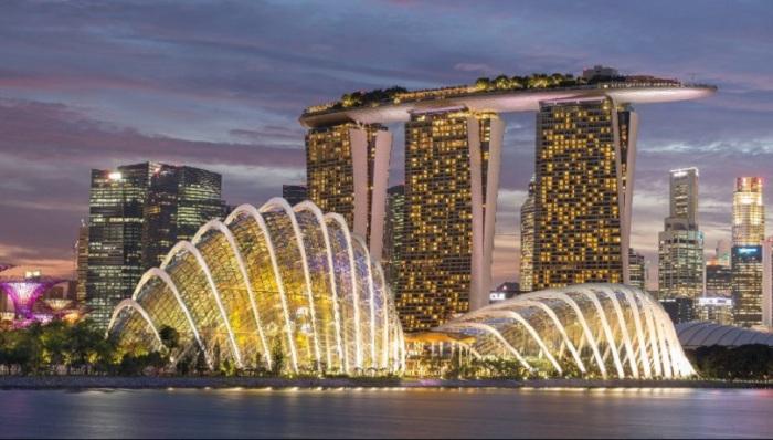 Известный концертный зал с крышей в форме тропическиого фрукта дуриана и музей в форме руки робота.