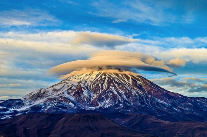 Линзовидные облака над потухшим стратовулканом в хребте Эльбурс.