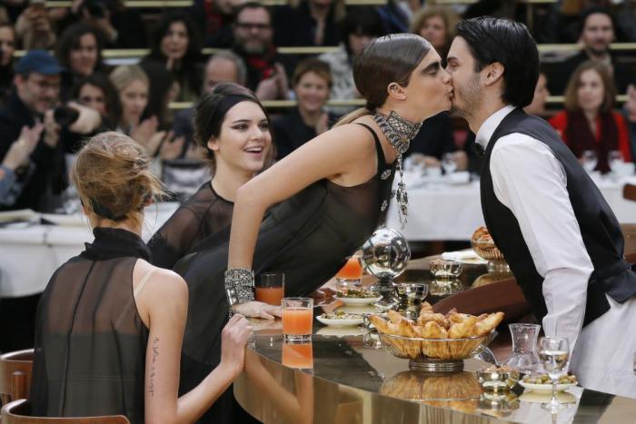 Модели Cara Delevingne и Baptiste Giabiconi решившие сделать вечер на Неделе моды в Париже ярче.