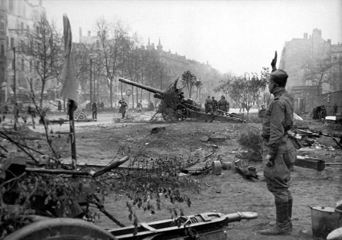 Советская артиллерия ведет огонь по врагу.
