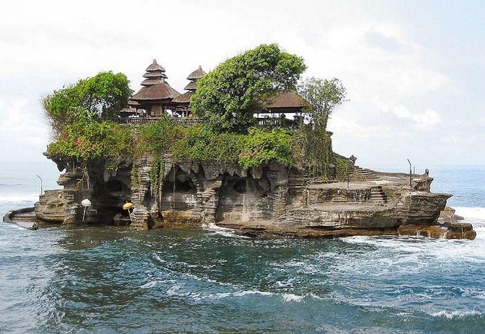 Храм Танах Лот - находится на скале в море и только в отлив к нему можно подойти по маленькому мостику из камня.