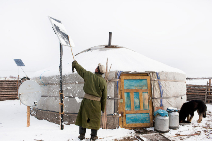 Такие устройства, которые преобразуют солнечную энергию, используются монголами для работы электроприборов в юрте.