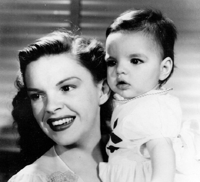 Джуди Гарланд с маленькой Лайзой Миннелли, октябрь 1947 года.