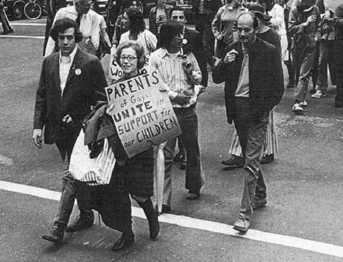 Джианн Мэнфорд, создавшая группу «Родители, семьи и друзья лесбиянок и геев», идет рядом со своим сыном-геем во время гей-парада.