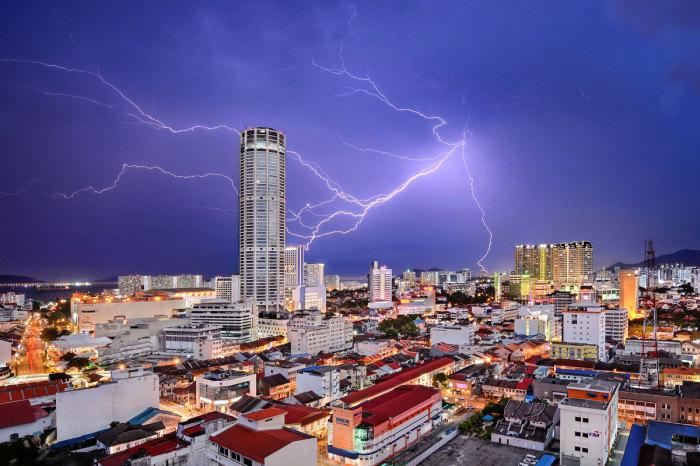 Сильная молния над одним из городов Малайзии, который является столицей острова Пенанг. Автор фотографии: Джереми Тан (Jeremy Tan).