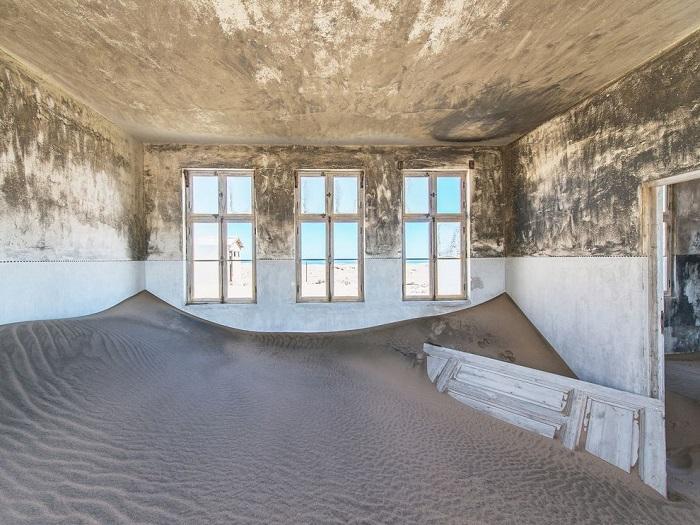 Заброшенный алмазодобывающтий город Помона находится на побережье Намибии, песок постепенно поглощает здания, в которые в течение многих лет, может быть, десятилетий уже никто не заходил. Фотограф - Romain Veillon.