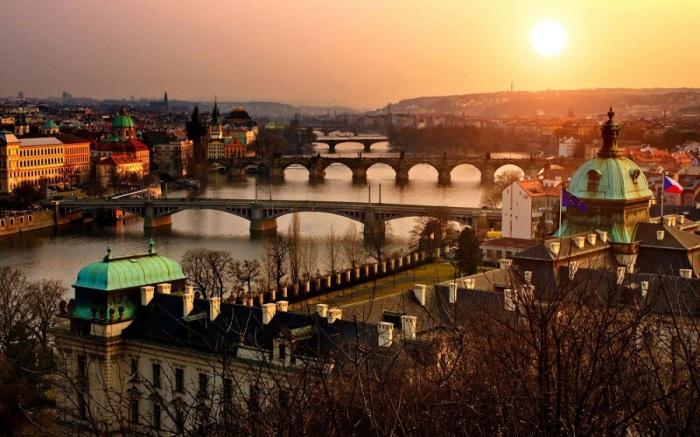 Удивительный и чарующий город, в котором великолепно сочетаются история и современность, сказка и реальность.