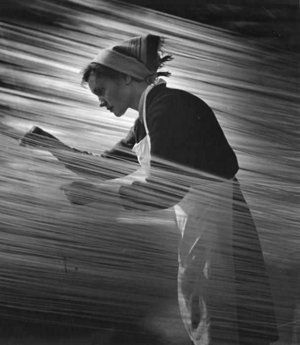Кропотливая и монотонная работа. 1960 год. Фотограф Николай Маторин.