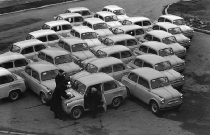 Люди решают: брать, не брать, 1960 год. Фотограф Николай Рахманов.