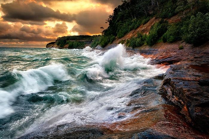 Всплеск озёрного побережья острова Апостол.