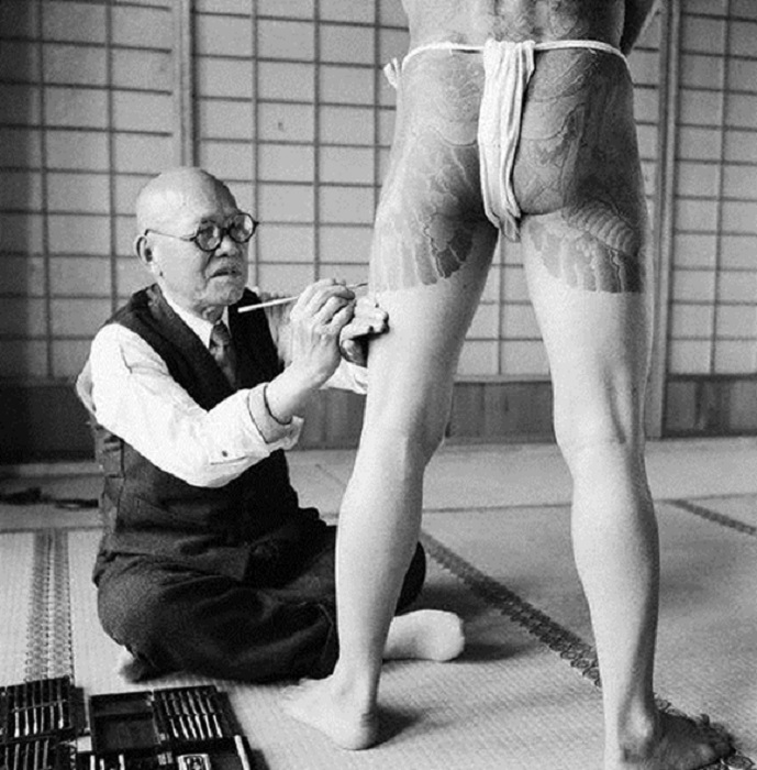 Мастер татуировки в крупнейшем и наиболее влиятельном синдикате якудза.