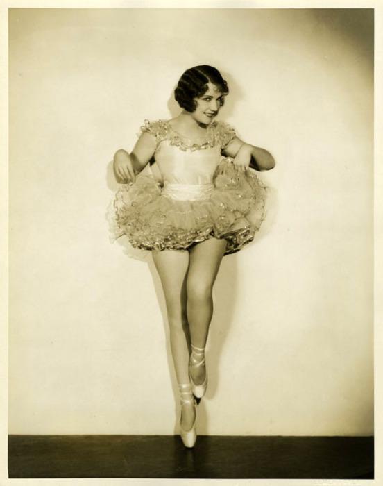 Бернис Клэр снималась в музыкальных фильмах и все песни исполняла сама в живую.