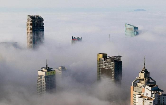 Красота города, окутанного густым туманом. Фото Reuters.