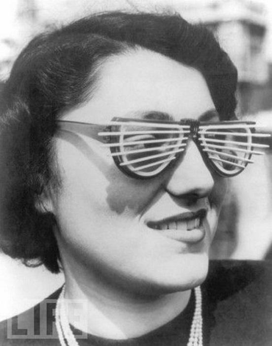 Очки с жалюзями изобрел всем известный Kanye в 1950 году.