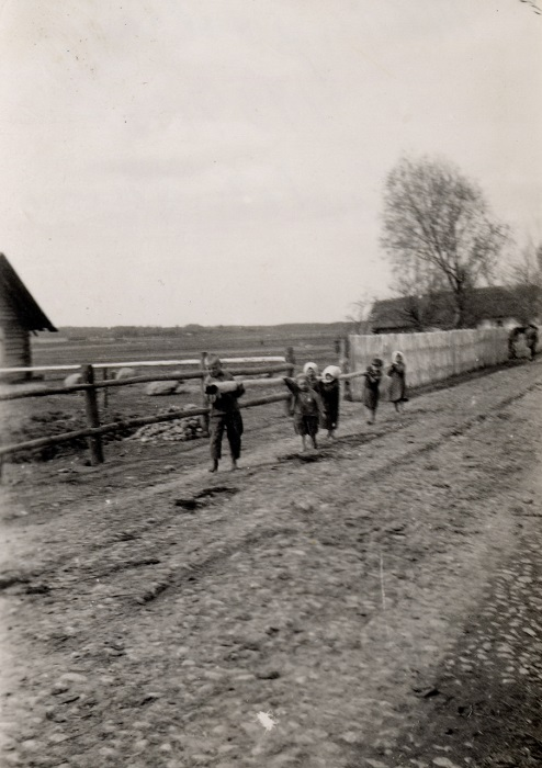Дети в сёлах с раннего возраста приучены помогать по хозяйству своим родителям, 1939 год.