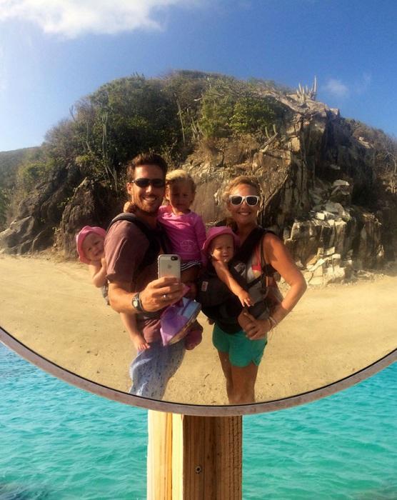 На островах, где нет асфальтированных дорог, родители носят детей в кенгуру.