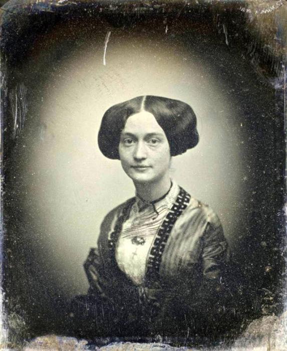 По негласно установленным правилам, портрет юной девушки должен был отражать её скромность, невинность и целомудрие.