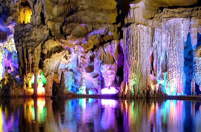 Пещера тростниковой флейты - удивительное сочетание природы и человеческой мысли.