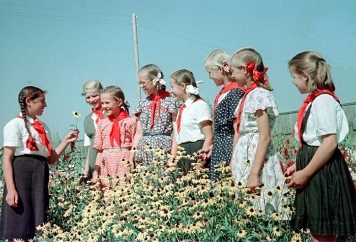 Ученицы школ Могилевской области слушают учащуюся Милу Маршак, которая рассказывает о работе кружка цветоводов.