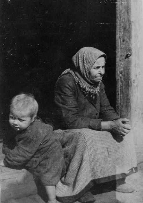 Бабушка нянчит маленького внучка, 1939 год.