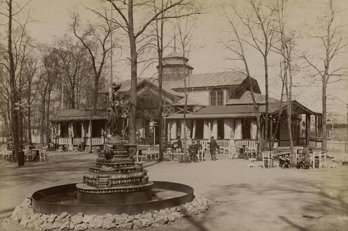 Важная культурная площадка города, с фонтаном и рестораном.