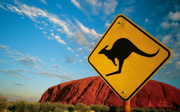 Монолит красного камня, возвышающийся на севере Австралии.