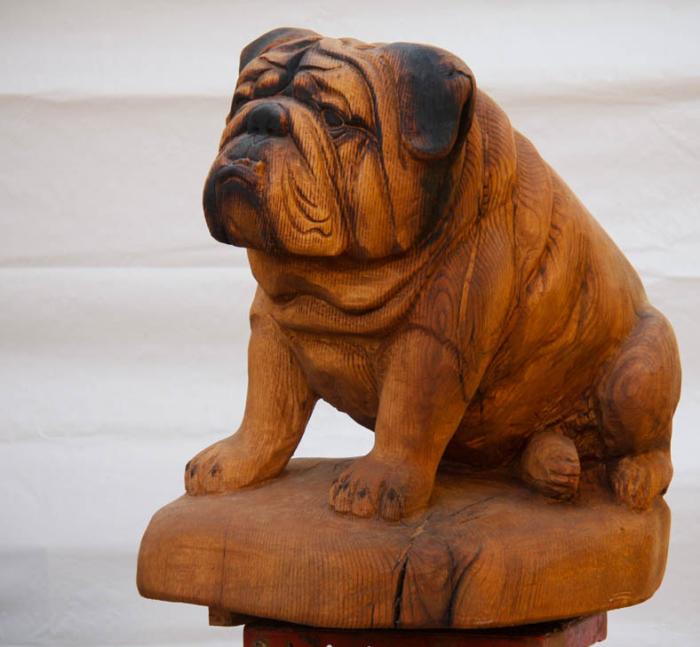 Скульптура сидящей собаки из красного дуба, созданная автором Крисом Коннорсом (Kris Connors). | Фото: customwoodcarvings.com