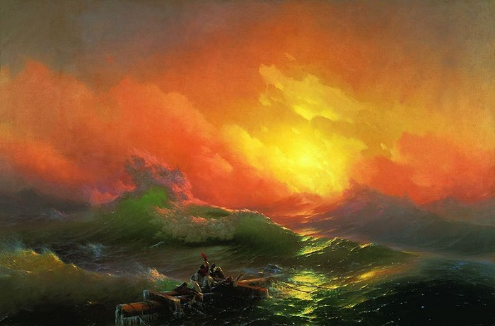 Яркое пятно заката на фоне грозных, бушующих волн.
