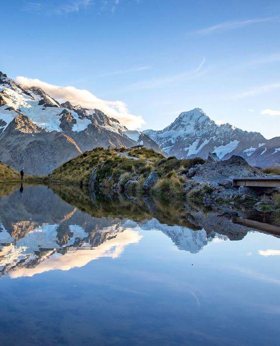 Горы и возвышенности укрыты снегом и мхом.