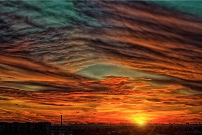 Завораживающая красота багряного неба.