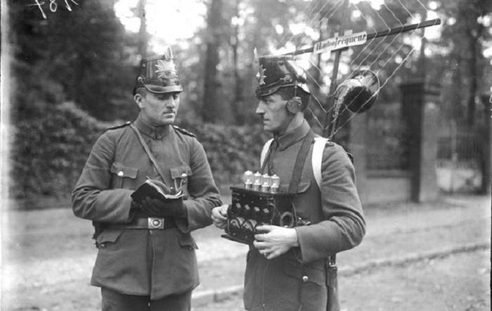 Немецкие радисты с ламповой антенной и усилителями.