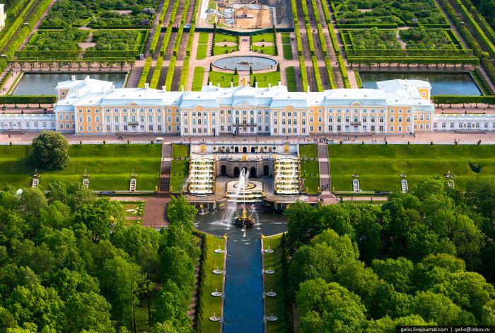 Основное здание дворцово-паркового ансамбля «Петергоф», расположенного в одноимённом городе на южном берегу Финского залива.