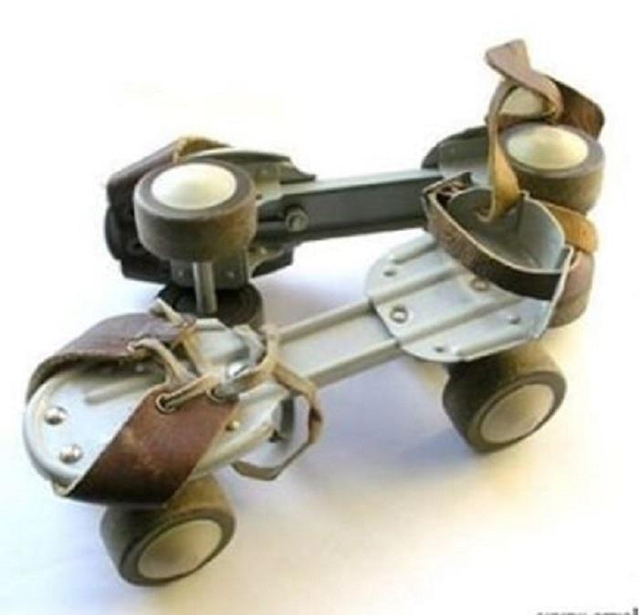 Советские регулируемые роликовые коньки очень отличаются от современных и выглядят даже странновато: железные накладки на обувь с жестко закрепленными колесами и кожаными ремешками.