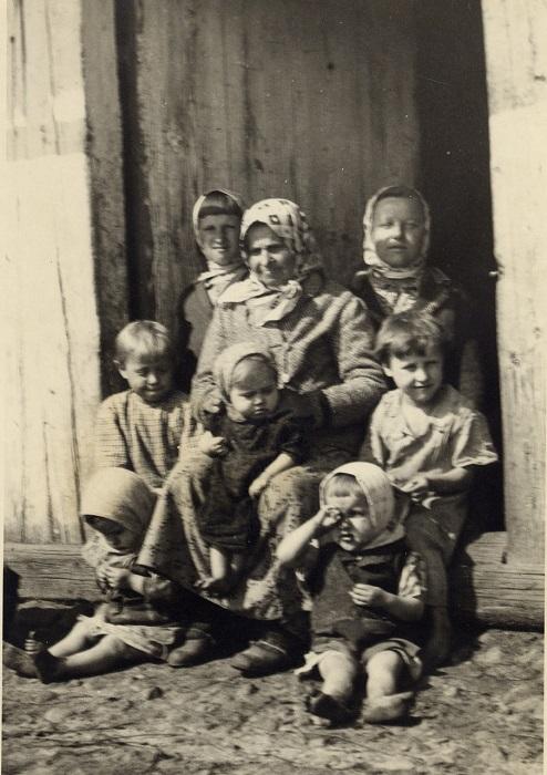 Старенькая бабушка с любимыми внучатами. Снимок сделан в деревне Гуденята, 1939 год.