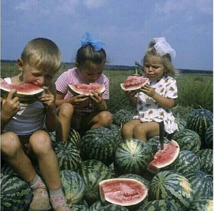 Надо сказать, что эти дети ничем не отличаются от современных – ведь кто откажется от вкусного и сладкого арбуза?
