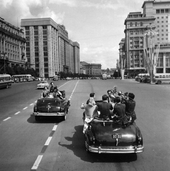 Весёлая компания, 1957 год. Фотограф Михаил Трахман.