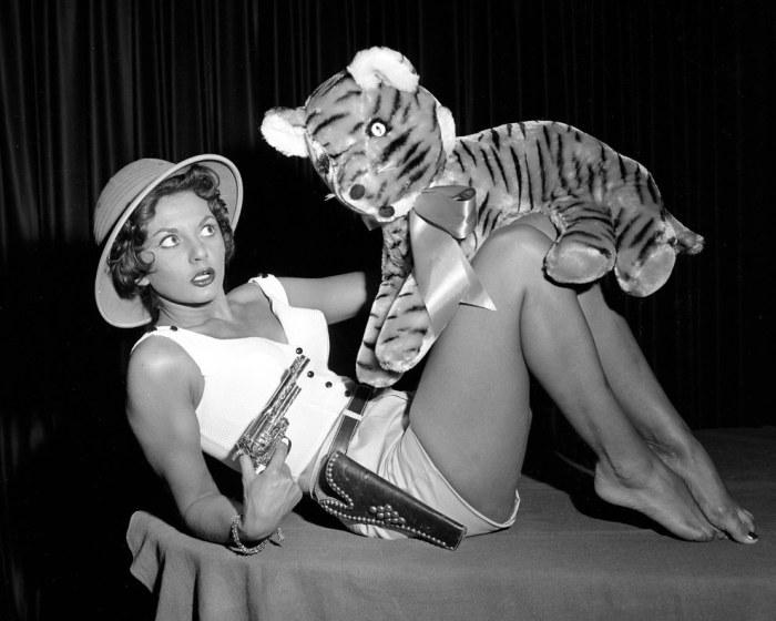 Жаклин Петит, победительница конкурса «Королева цирка», укрощает игрушечного тигра пистолетом.
