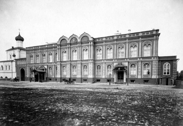 Дворец возведен в 1845–1848 годах для военного губернатора с помещениями для императорских квартир.