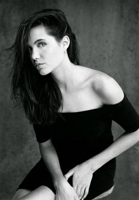 Анджелине очень идет маленькое черное платье.