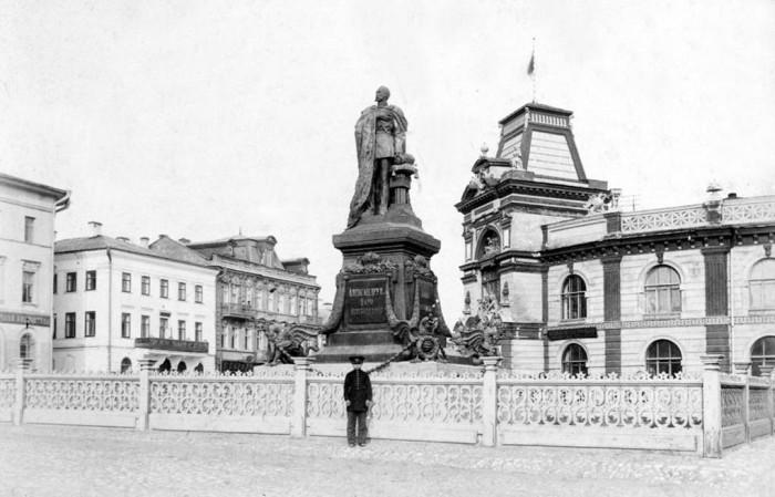 Памятник российскому императору-освободителю.