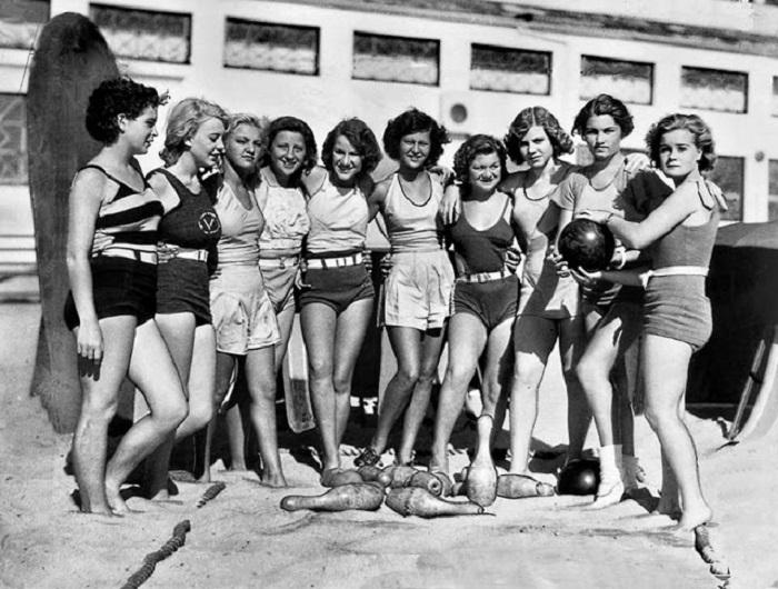 В перерыве девушки позируют для фото на пляже Венис Бич.