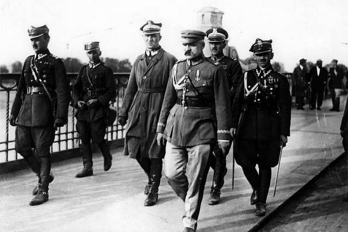 Пилсудский объявил себя главнокомандующим и главой польского национального правительства в Варшаве.